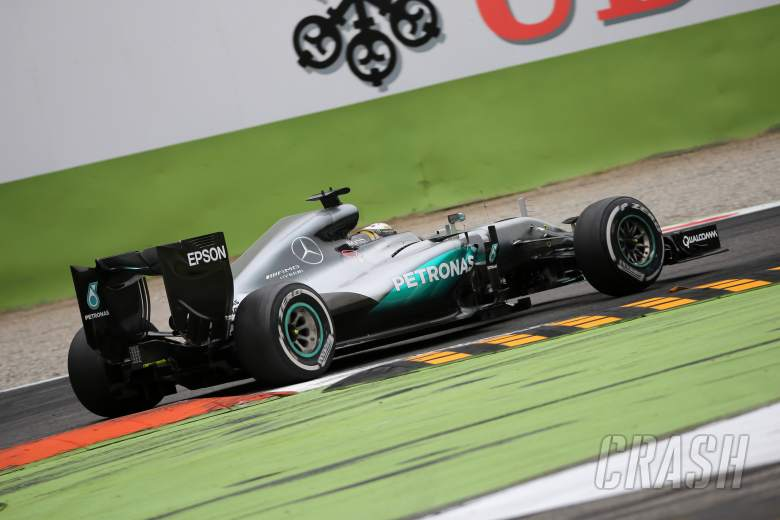 Wolff refuses to push blame for start problems