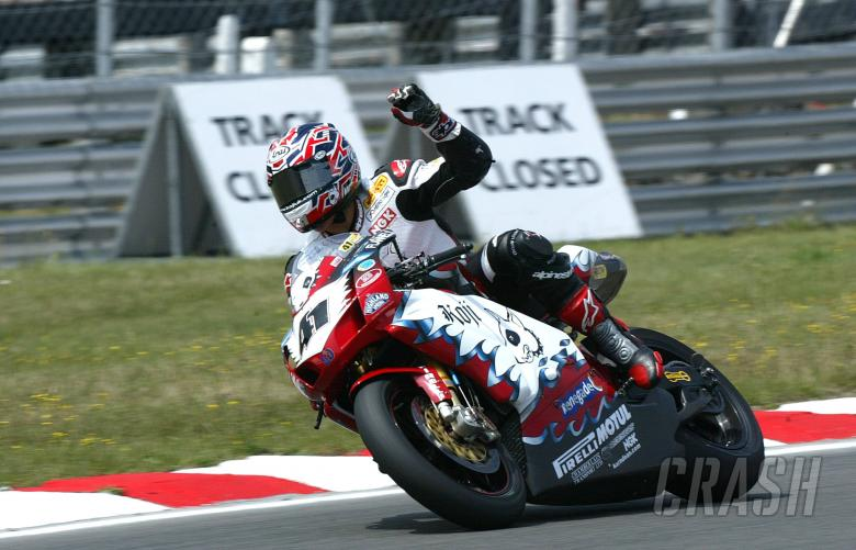 Haga celebrates win, Brands Hatch WSBK, race 1, 2004