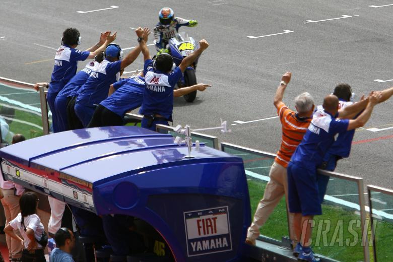 Rossi`s team celebrate, Italian MotoGP Race 2008