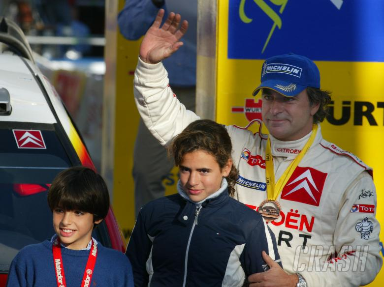 , , Carlos Sainz with his family on the podium in Spain