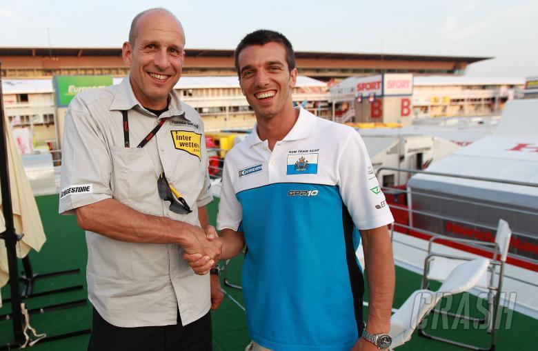 Daniel Epp and De Angelis shaking hands on Interwetten Honda MotoGP ride, Catalunya MotoGP 2010