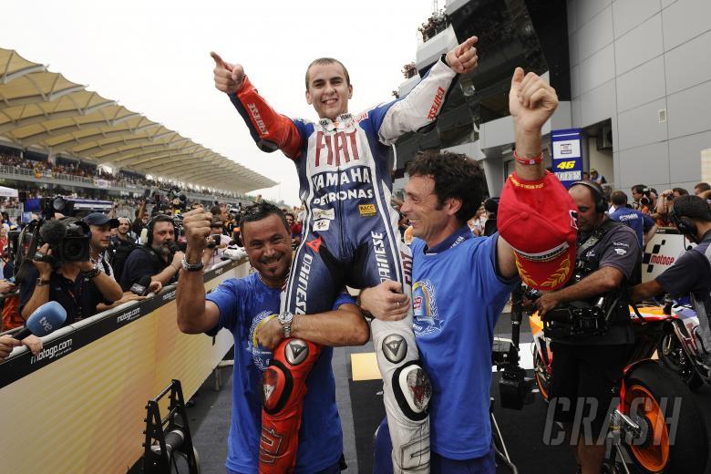 Lorenzo celebrates with team, Malaysian MotoGP 2010