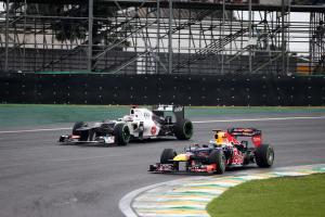 25.11.2012- Race, Kamui Kobayashi (JAP) Sauber F1 Team C31 and Sebastian Vettel (GER) Red Bull Racin