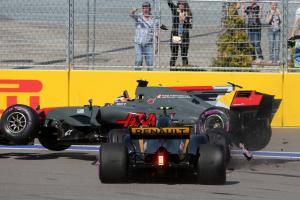 30.04.2017 - Race, Crash, Romain Grosjean (FRA) Haas F1 Team VF-17 and Jolyon Palmer (GBR) Renault S
