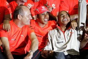 Ron Dennis (GBR) McLaren Team Principal, Lewis Hamilton (GBR) McLaren MP4-23, Nick Hamilton (GBR), B