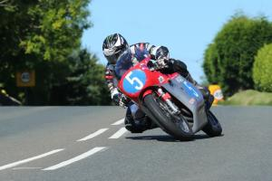 Classic TT: Dunlop edges Rutter in Junior race