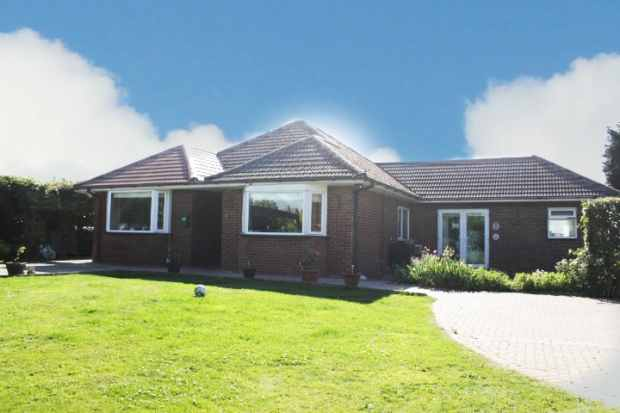 4 Bedrooms Detached Bungalow for sale in Broad Gate, Spalding, Lincolnshire, PE12 6DQ