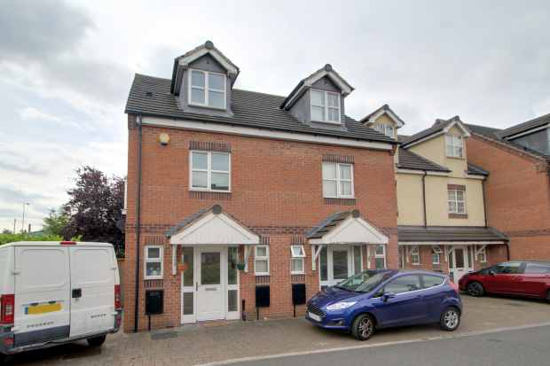 3 Bedrooms Property for sale in Manor House Close, Walsall, West Midlands, WS1 4PB
