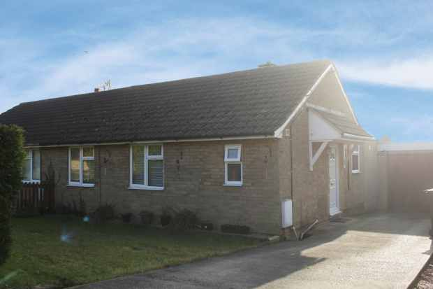 3 Bedrooms Semi Detached Bungalow for sale in Willow Lane, Kettering, Northamptonshire, NN14 1DT