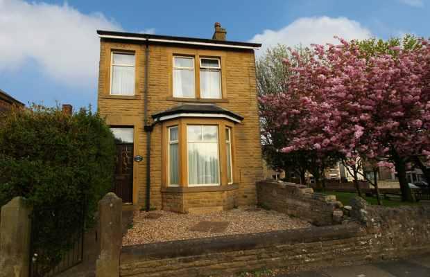 3 Bedrooms Detached House for sale in Lancaster Road, Carnforth, Lancashire, LA5 9DZ