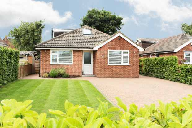 4 Bedrooms Detached Bungalow for sale in Meadow End, Leeds, West Yorkshire, LS16 9DB