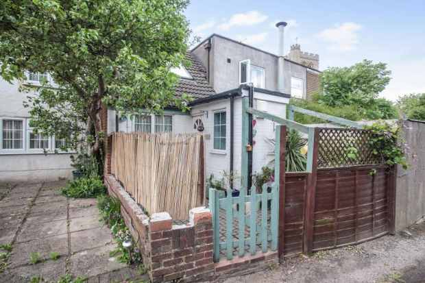 1 Bedroom Terraced House for sale in Bedford Road, Dunstable, Bedfordshire, LU5 5DJ