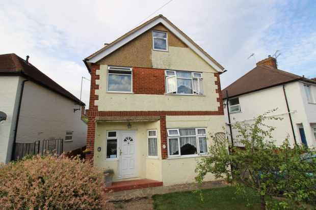 4 Bedrooms Detached House for sale in Boxhalls Lane, Hampshire, GU11 3QL