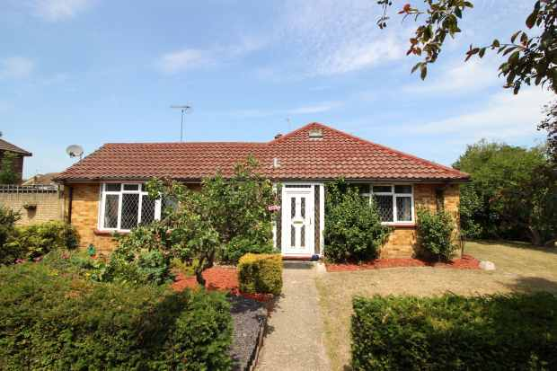 3 Bedrooms Semi Detached Bungalow for sale in West Heath Road, Farnborough, Hampshire, GU14 8QR