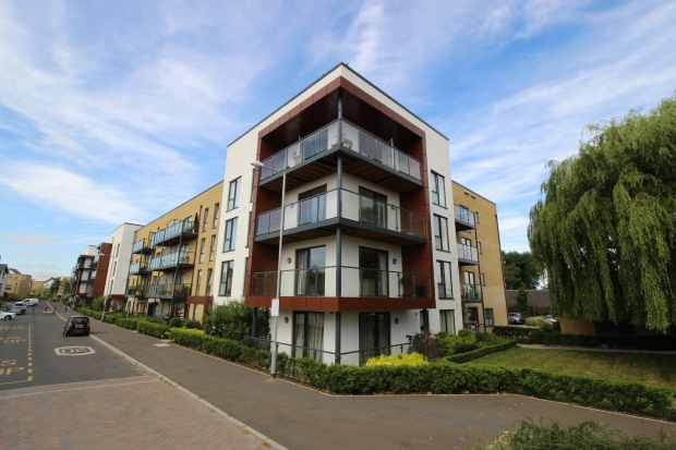 3 Bedrooms Apartment Flat for sale in Blackthorn House, Romford, Greater London, RM3 0JE