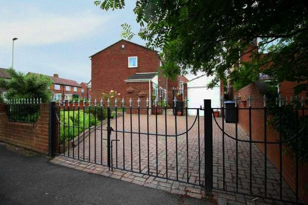 3 Bedrooms Semi Detached House for sale in Harton Lane, South Shields, Tyne And Wear, NE34 0LR