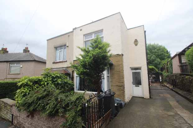 3 Bedrooms Semi Detached House for sale in Castle Avenue, Brighouse, West Yorkshire, HD6 3HT