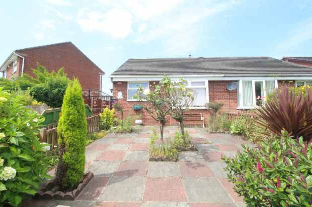 2 Bedrooms Semi Detached Bungalow for sale in Hawley Way, Leeds, West Yorkshire, LS27 0SA