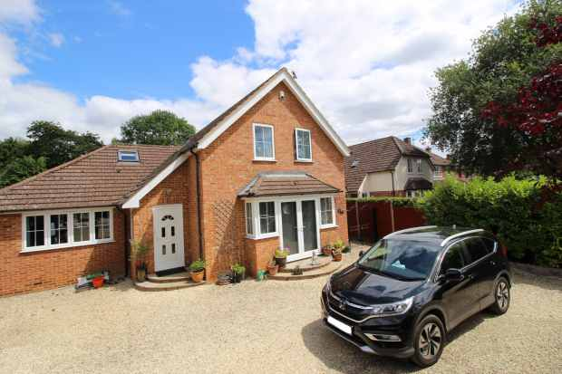 5 Bedrooms Detached House for sale in Chalk House Green Road, Reading, Berkshire, RG4 9AS