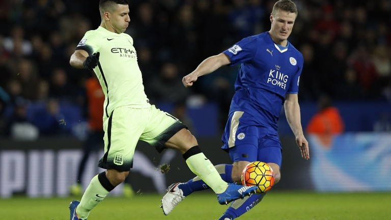 Leicester City's German defender Robert Huth (R) vies with Manchester City's Argentinian striker Sergio Aguero (L) during the English Premier League football match between Leicester City and Manchester City at King Power Stadium in Leicester, central England on December 29, 2015. AFP PHOTO / ADRIAN DENNISRESTRICTED TO EDITORIAL USE. No use with unauthorized audio, video, data, fixture lists, club/league logos or 'live' services. Online in-match use limited to 75 images, no video emulation. No use in betting, games or single club/league/player publications. (Foto: AFP)