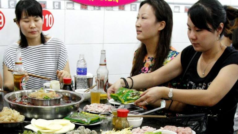 --FILE--Customers eat hotpot at a hot-pot restaurant in Chongqing, China, 1 October 2013. People who request an extra kick to their curry could also be adding years to their life, according to a large study which linked frequent consumption of spicy food to longevity. Researchers examining the diets of almost 500,000 people in China over seven years recorded that those who ate spicy foods one or two days a week had a 10% reduced risk of death compared with those who ate such meals less than once a week. The risk was 14% lower for those who ate spicy food between three and seven days a week. As the study, published in the BMJ on Tuesday (4 August 2015), was observational, conclusions could not be drawn about cause and effect but the team of international authors, led by researchers at the Chinese Academy of Medical Sciences, suggested that more research could lead to dietary advice being updated. Experts warned that the study did not provide evidence to °∞prompt a change in diet°±. (Foto: picture alliance / dpa)