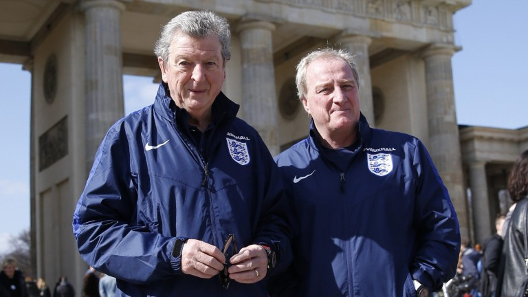 So ein Wetter haben sie auf der Insel selten: Der Manager des englischen Nationalteams Roy Hodgson und sein Assistent Ray Lewington (r.) genießen die Sonne am Brandenburger Tor (Foto: REUTERS)