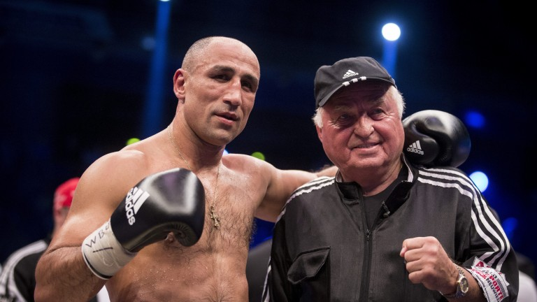 BERLIN, GERMANY - JULY 16:Arthur Abraham (L) and his coach Ulli Wegner celebrates his victory over Tim-Robin Lihaug at the WBO Super Middleweight Championship fight at Max Schmeling Halle on July 16, 2016 in Berlin, Germany. (Photo by Axel Schmidt/Bongarts/Getty Images) (Foto: Bongarts/Getty Images)