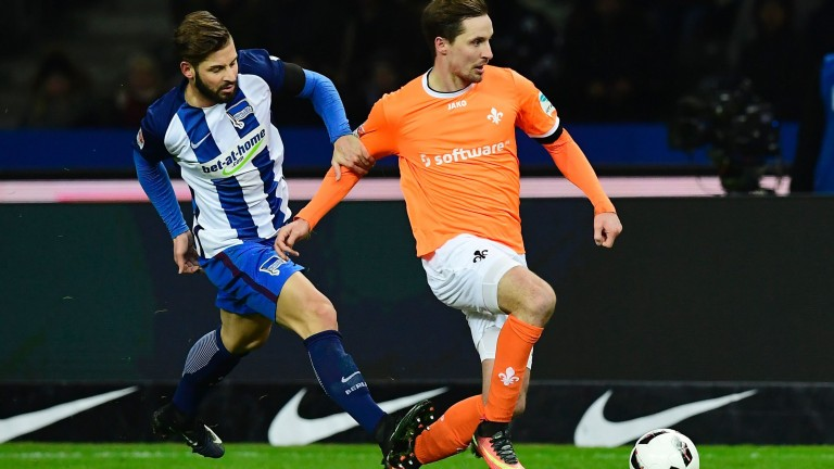 Hertha Berlin's defender Marvin Plattenhardt (L) fouls Darmstadt's defender Sandro Sirigu during the German first division Bundesliga football match Hertha BSC Berlin vs SV Darmstadt 98 in Berlin, Germany, on December 21, 2016. / AFP PHOTO / Tobias SCHWARZ / RESTRICTIONS: DURING MATCH TIME: DFL RULES TO LIMIT THE ONLINE USAGE TO 15 PICTURES PER MATCH AND FORBID IMAGE SEQUENCES TO SIMULATE VIDEO. == RESTRICTED TO EDITORIAL USE == FOR FURTHER QUERIES PLEASE CONTACT DFL DIRECTLY AT + 49 69 650050 (Foto: AFP)