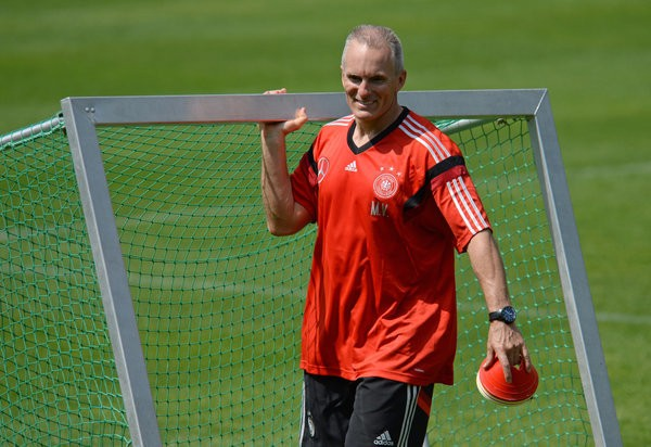 Fitness coach Mark Verstegen carries a small goal during a training session of the German national soccer team on a training ground in St. Leonhard in Passeier, Italy, 23 May 2014. Germany's squad prepares for the upcoming FIFA World Cup 2014 in Brazil at a training camp in South Tyrol until 30 May 2014. Photo: Andreas Gebert/dpa   Verwendung weltweit (Foto: picture alliance / dpa)