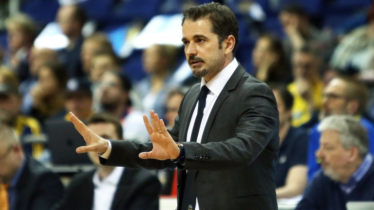 Alba-Trainer Ahmet Caki will Bamberg eine Heimpleite beibringen (Foto: picture alliance / Sport Moments)