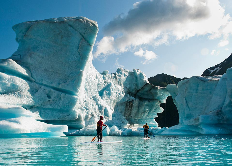 SUP tra i ghiacci sul Bear Lake, nel Kenai Fjords National Park ©James and Courtney Forte / Aurora Open / Getty Images