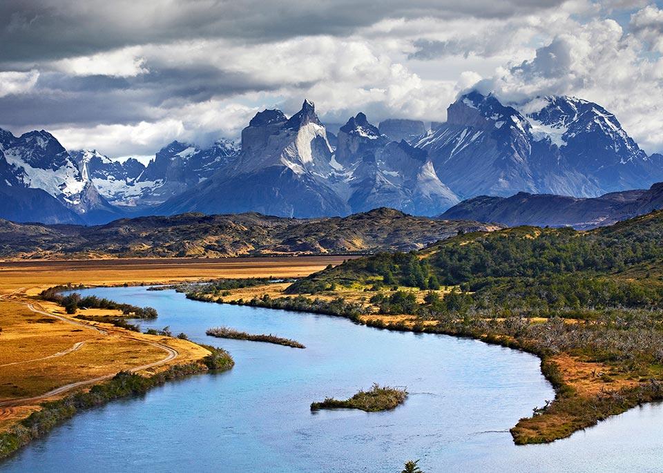 Il fiume Paine sullo sfondo delle imponenti vette del Massiccio del Paine, nel Parque Nacional Torres del Paine, grande attrattiva naturale della Patagonia cilena © Matt Munro / Lonely Planet