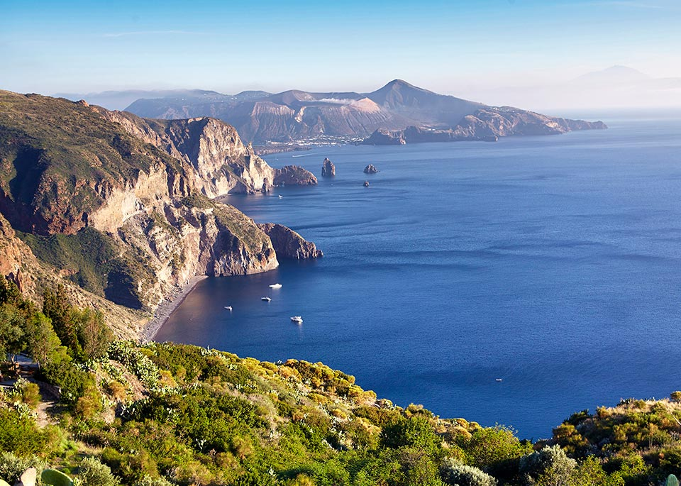 La vista di Vulcano dalla costa occidentale di Lipari, nell'idilliaco arcipelago delle Eolie ©Matt Munro / Lonely Planet