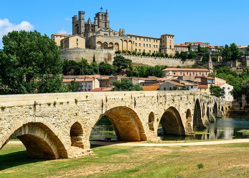La cattedrale fortificata di Saint-Nazaire a Béziers, risalente al XIII secolo, domina il fiume Orb ©7Horses / Shutterstock