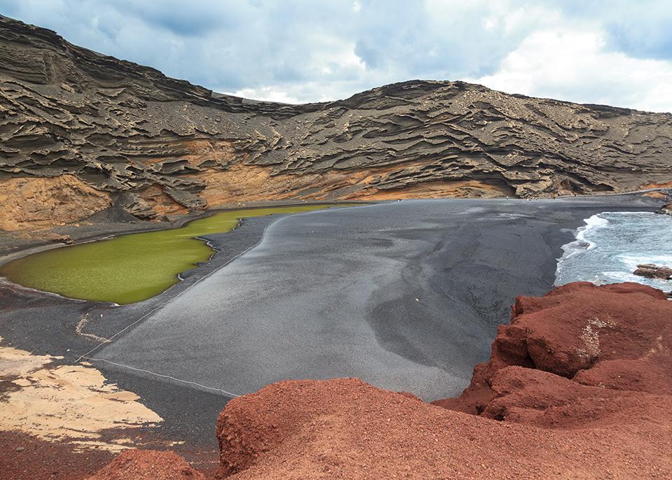Le formazioni di roccia calcarea vicino alla spiaggia di El Golfo, a Lanzarote © Fernando Tatay/ Shutterstock
