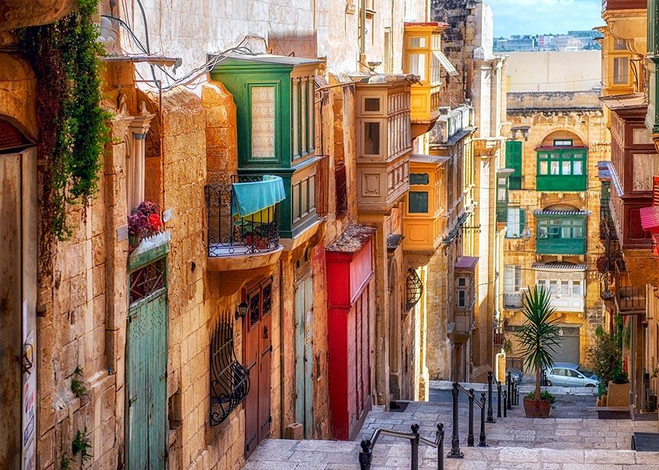 Caratteristiche case in stile maltese nelle vie di Valletta, capitale europea della cultura nel 2018 ©liseykina / iStockphoto / Getty Images