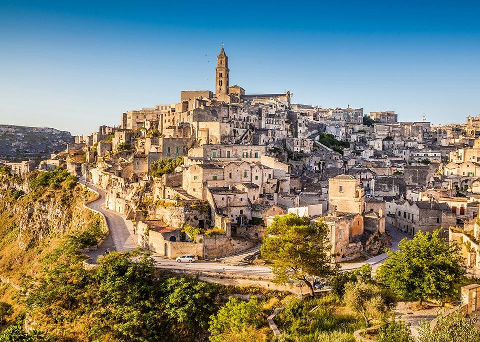 Gallerie diroccate, vicoli e case in pietra si inerpicano sul fianco della città di Matera, in Basilicata ©bluejayphoto / iStockphoto / Getty Images