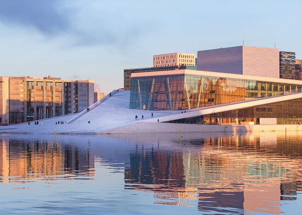 Le diagonali pulite del Teatro dell'Opera di Oslo sono un elemento integrante della città dal 2007 e testimoniano la sua predilezione per l'architettura innovativa ©Mats Anda / Moment RF