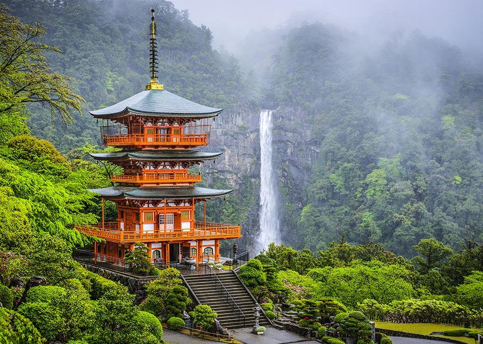 Le cascate di Nachi, alte 133 m, accanto alla pagoda del tempio buddhista Seiganto-ji