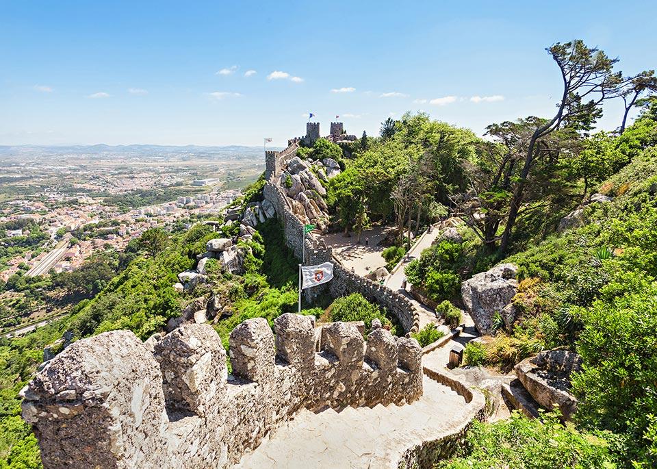 Il Castello moresco di Sintra, costruito in cima a un colle tra l'VIII e il IX secolo ©saiko3p / Shutterstock
