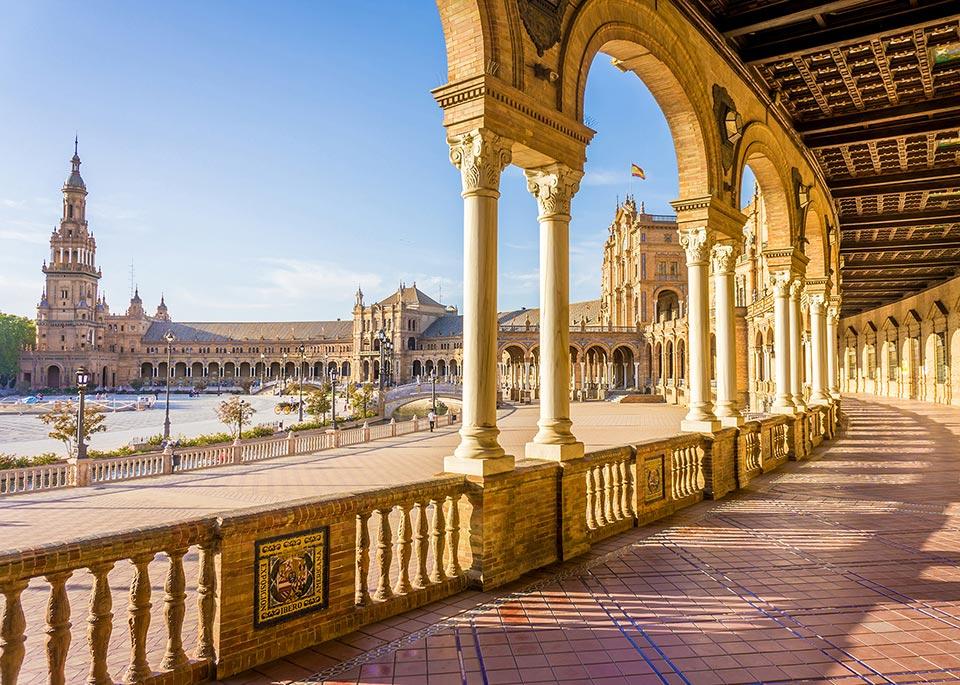 Plaza de España, con la sua pianta semicircolare attorniata da colonnati, è comparsa in diversi film, tra cui Guerre stellari e Lawrence d'Arabia ©LucVi / Shutterstock