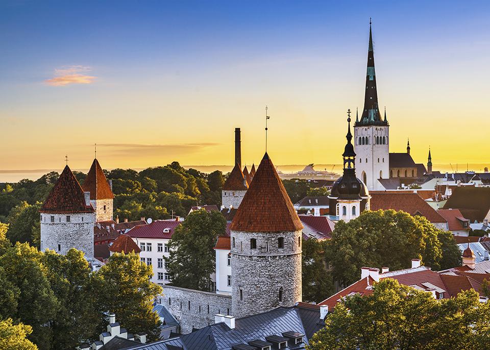 L'incantevole città vecchia di Tallinn ha un'atmosfera fiabesca unica © SeanPavonePhoto / iStockphoto / Getty Images