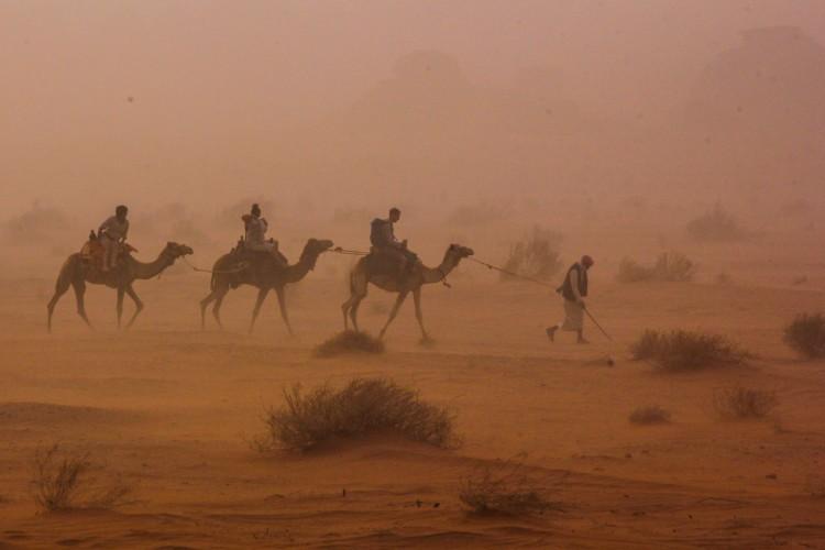 Lonely planet italia tempesta di sabbia nel deserto del for Colore vento di sabbia deserto