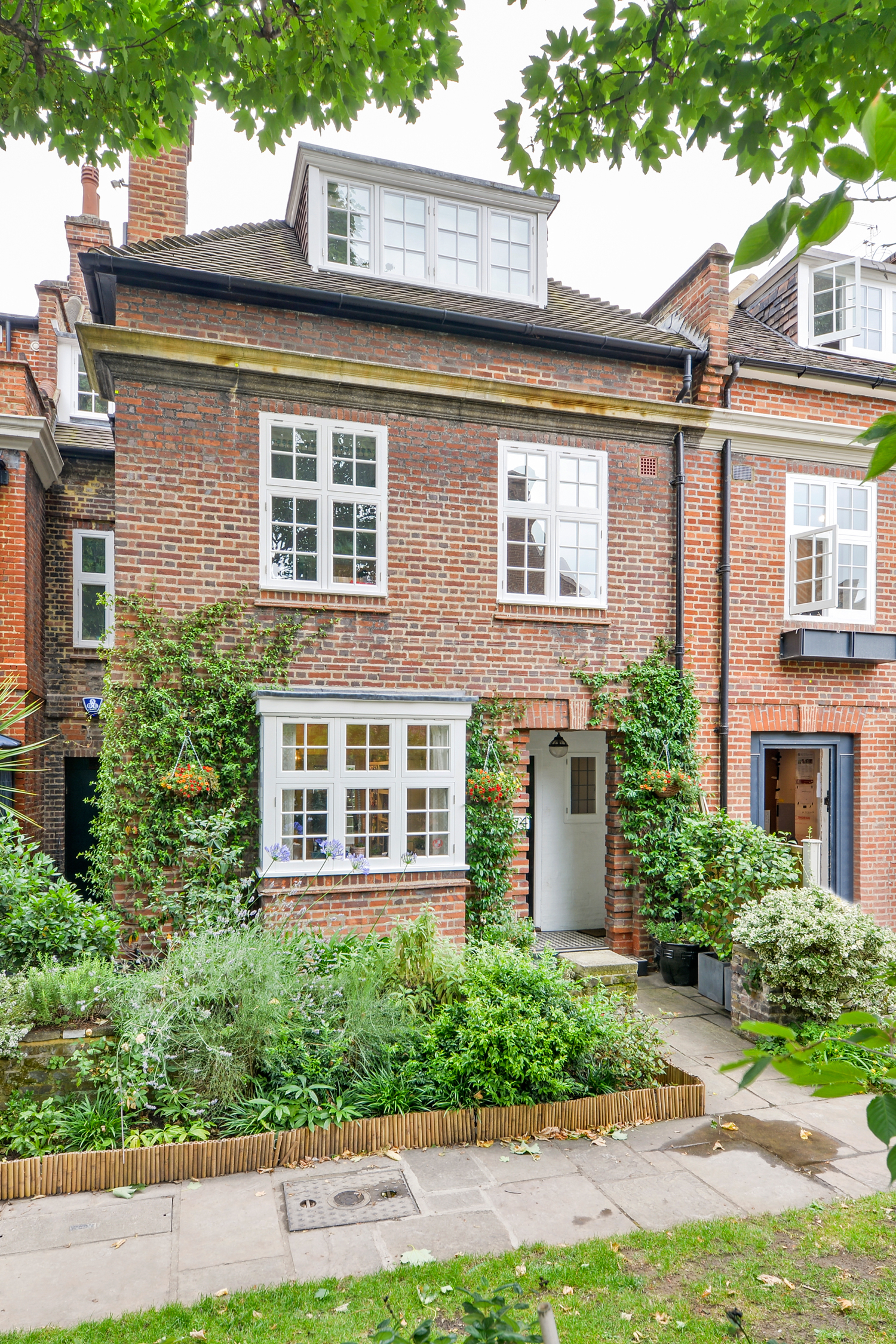 THE LOCATION Chelsea Park Gardens Sits In A Quiet Leafy Hub Of London On Kings Road Around The Corner From Bluebird And Beaufort House
