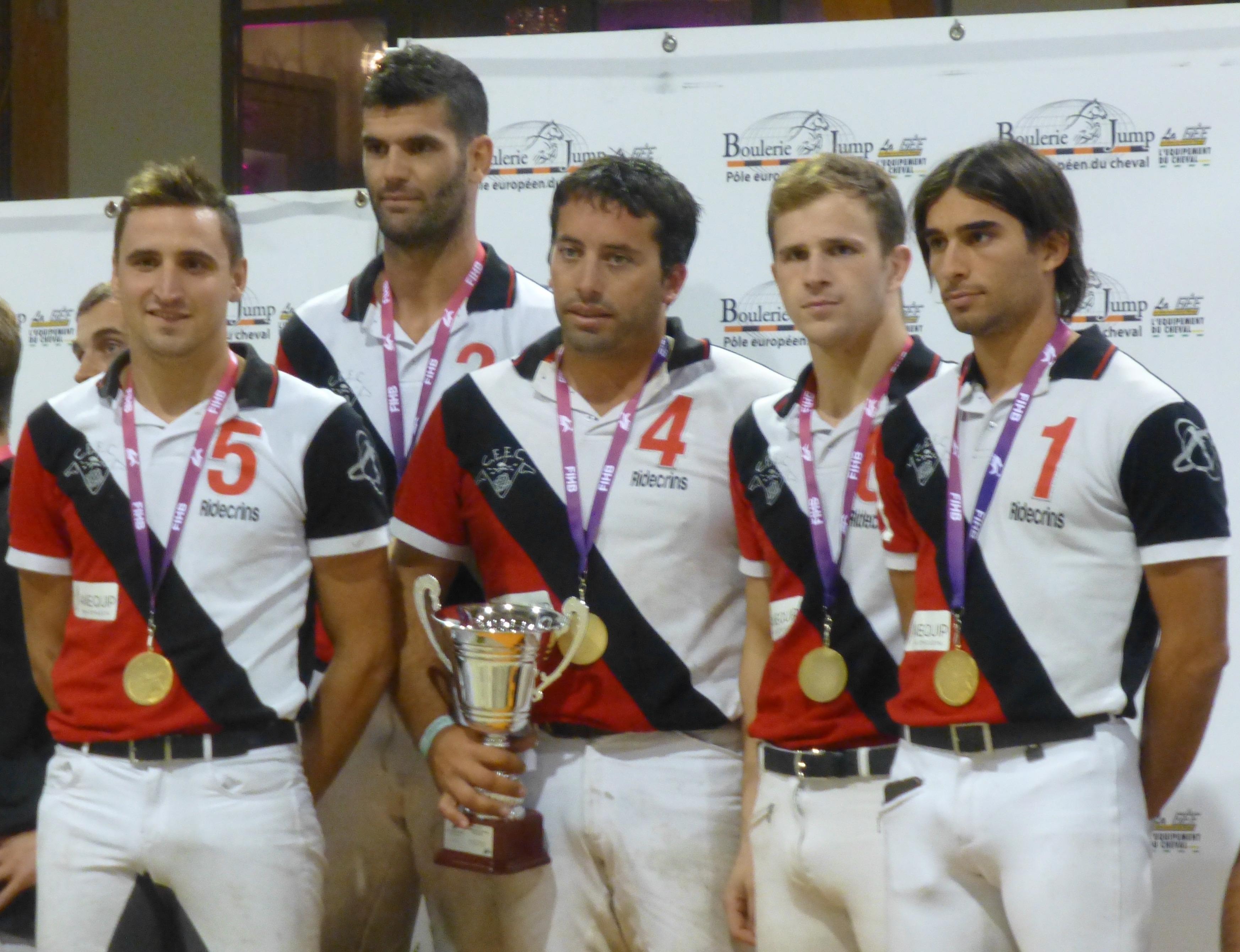 Els membres del CEEC, amb les medalles d'or i els trofeus de campions
