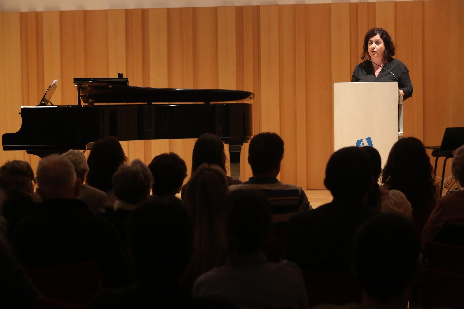 Montse Catllà directora de l'Escola de Música en la presentació de la beca