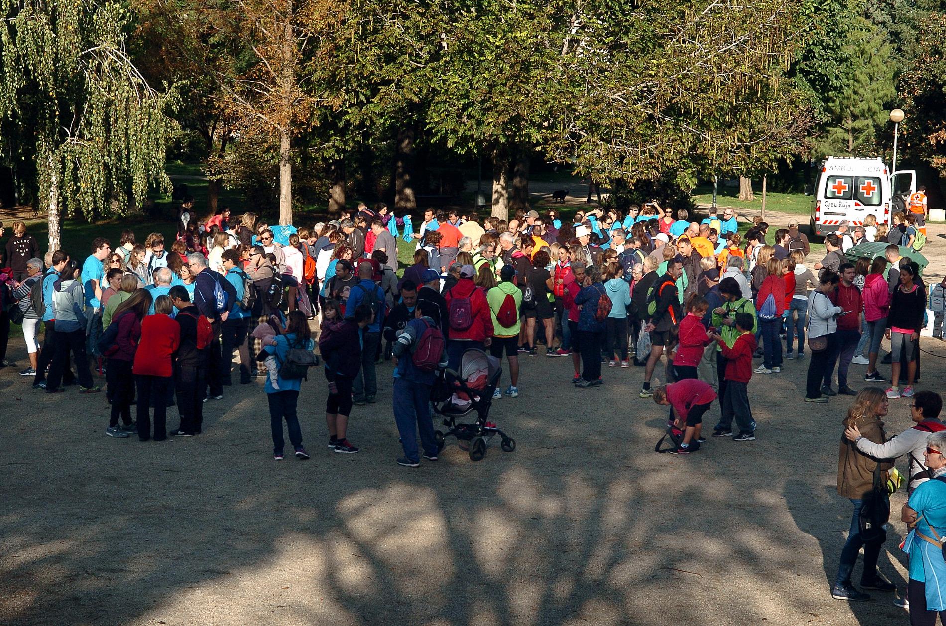 Els participants a la caminada van sortir del parc Torras Villà