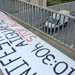 Una de les pancartes que es va instal·lar aquest dijous. Aquesta, al pont del Figaró