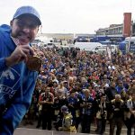 Ferran Mas mostra la medalla d'or des del podi, diumenge al Circuit de Navarra