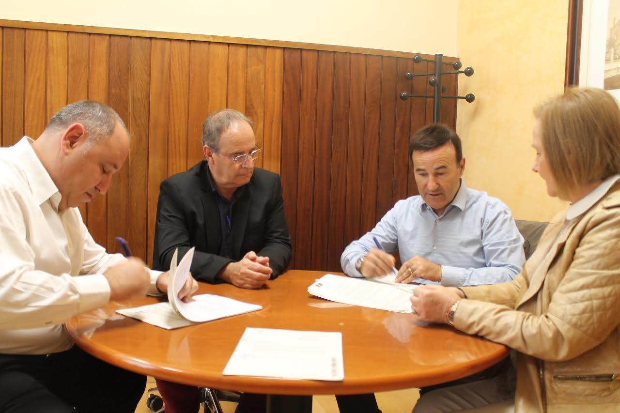 Responsables municipals firmen el contracte d'obra amb un representant de l'empresa Barnasfalt